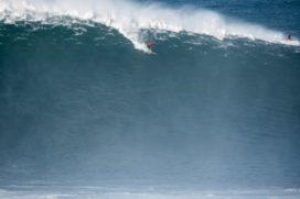 Видео: Сёрферы покоряют грандиозные волны в Португалии
